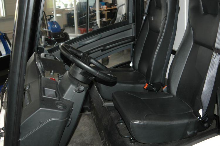 De cabine heeft een ruime instap; de deuren openen aan de voorzijde.