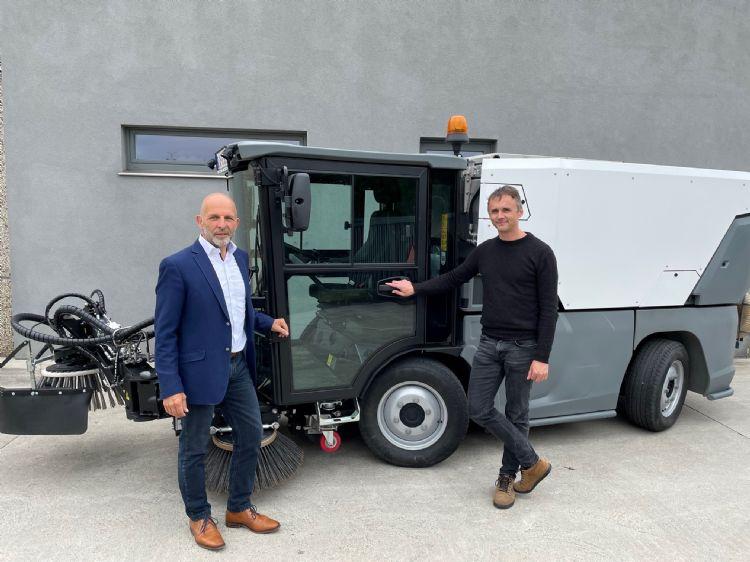 Businessunitmanager Danny de Pauw(links) en productmanager Jan Heylens (rechts) bij Kärcher Municipal Benelux. Op de achtergrond een MC 250.