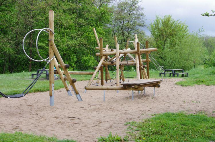 Spelen in de natuur op speelplaats Ravottia in het Schollebos