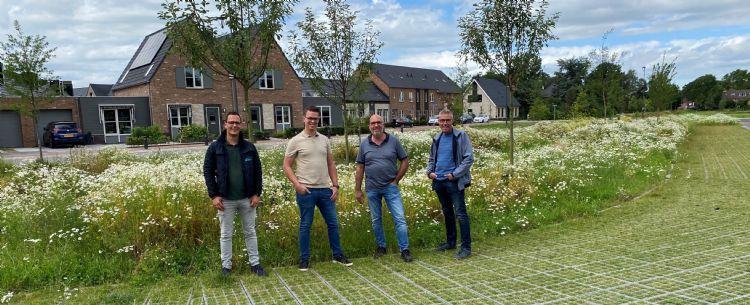 Samenwerken en kennis delen is van essentieel belang in de groene ruimte. Van links naar rechts: Joan Prosman (Agro de Arend), Robert Prins (Van Dijk Groenvoorzieningen), Jan Krijnen (Advanta) en Johan Ossendrijver (gemeente Barneveld).