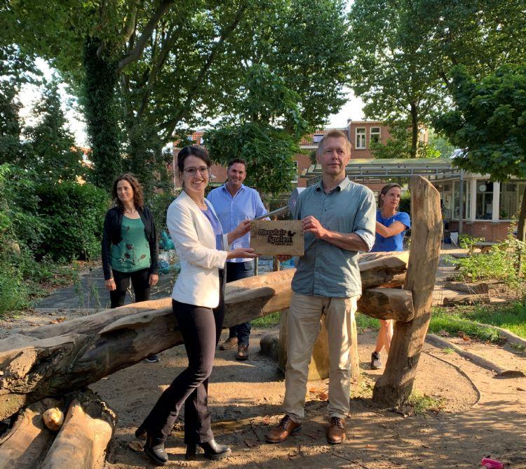 Van links naar rechts: Ontwerpster Suzanne van Ginneken, vakredacteur Willemijn van Iersel, Arie Rijssen van Eijkelboom, wethouder Kees Diepeveen en Roos de Ridder van Speeltuin Bankaplein
