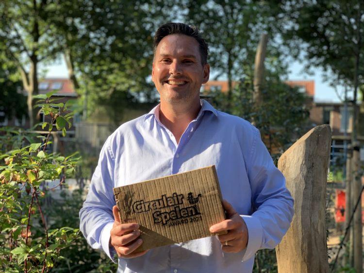Arie van Rijssen van Eijkelboom roemt de samenwerking en de inzet van de vele vrijwilligers bij de renovatie van de speeltuin