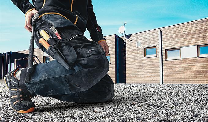 Jeroen Reupkes: 'Hoveniers belasten hun knieën zwaarder dan topsporters.' Snickers Workwear heeft een gepatenteerde kniezak, waarin je meebuigende kniebeschermers kunt schuiven.