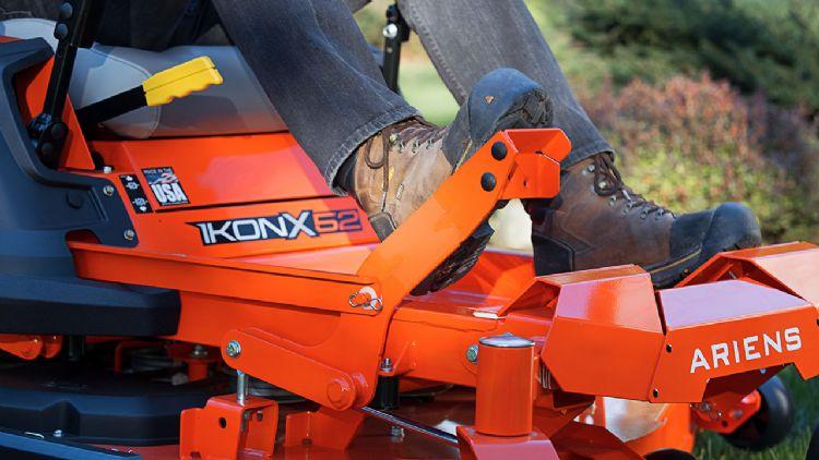 Deklift en bedieningsdek van de IkonX52 zero turn van Ariens Company.
