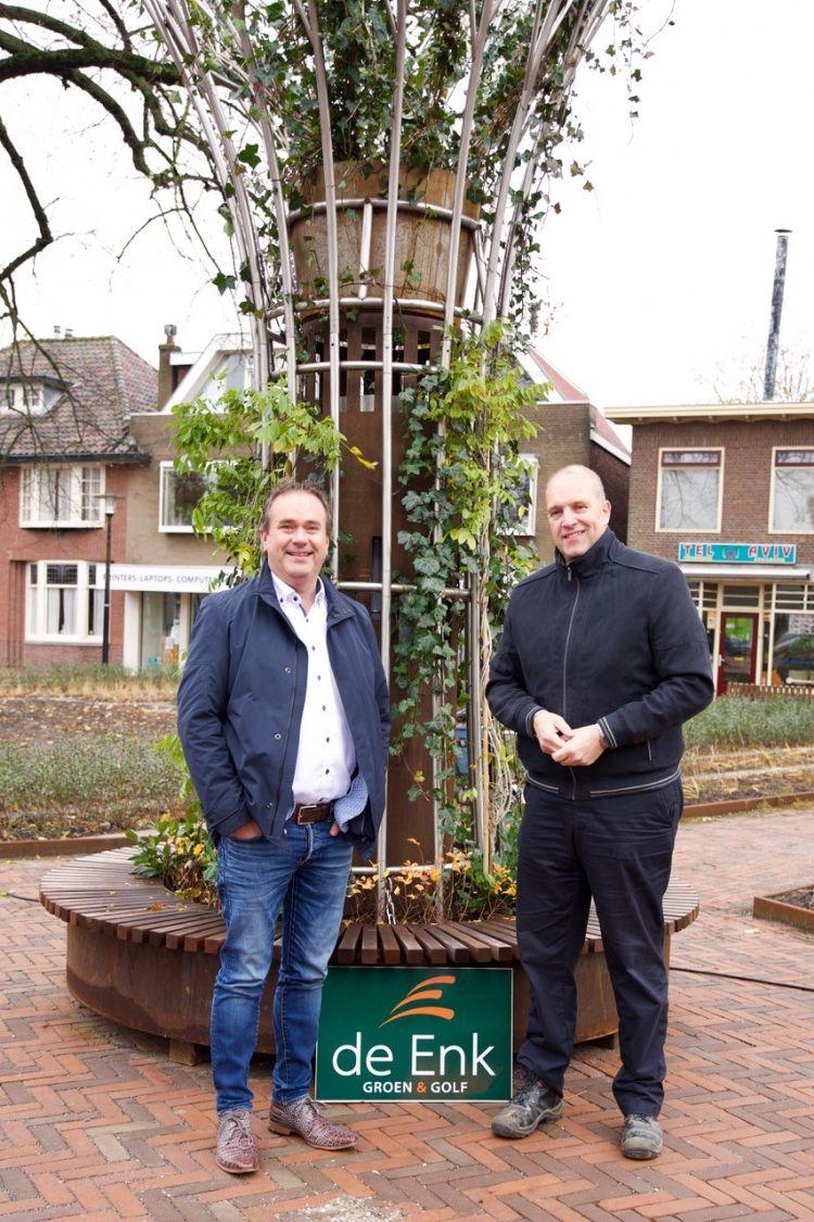 Wethouder Jan van Rijn en de Enk directeur Frans Reulink bij de Supertree