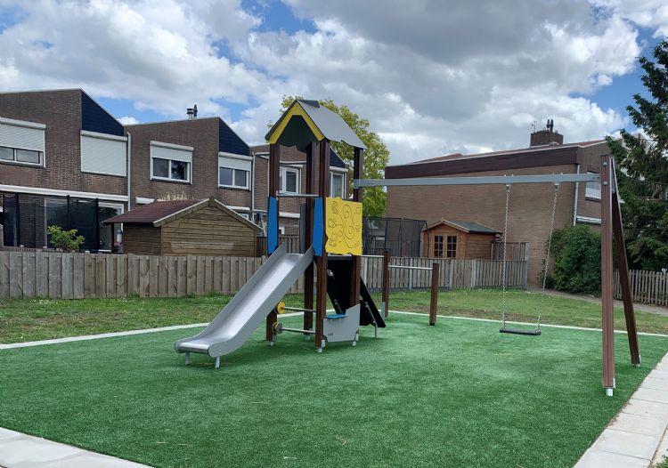 De speel-, glij- en klimtoren die Hercules Speeltoestellen in de Griegstraat in Numansdorp in de gemeente Hoeksche Waard heeft aangelegd