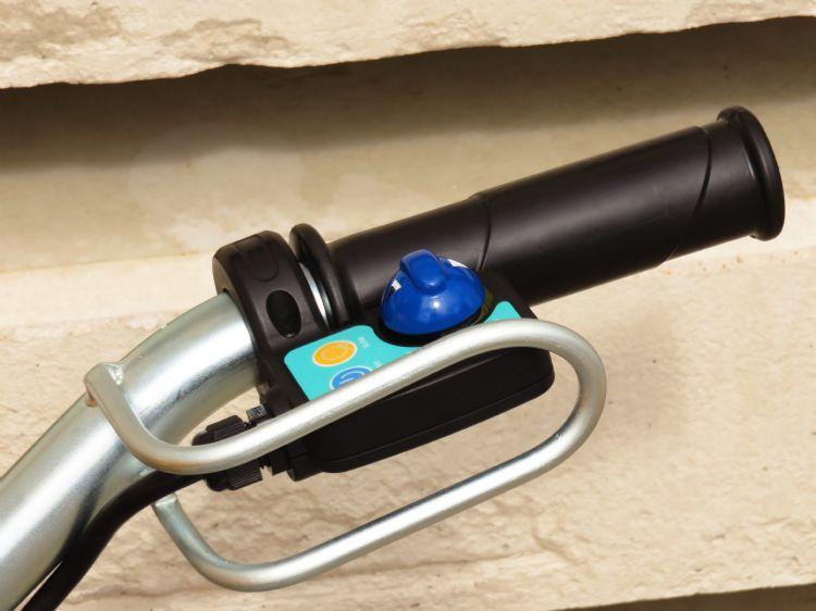 Een beugel beschermt de joystickbediening, de blauwe knop.