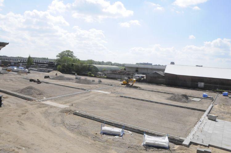 Bovenaanzicht van de parking in aanleg waar de groeiplaatsen voor de bomen al zijn aangebracht