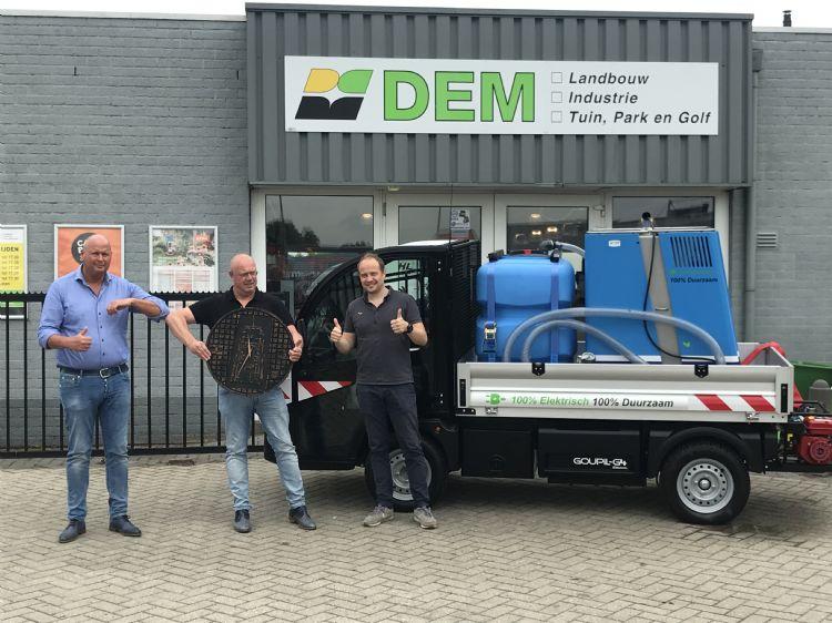 De overdracht van de sleutel voor de combinatie Goupil-Weedmaster eM bij Weed Free Service. V.l.n.r. Willem Hellinga (DEM), Harry Kloosterman (Weed Free Service) en Joël de Haan (Weed Free Service). Foto: @ Studio Friday