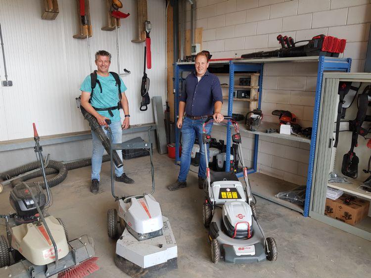 Erik Rip (links) en Willem Hak (rechts) in de loods die Rip heeft gereserveerd voor elektrisch gereedschap en materieel.