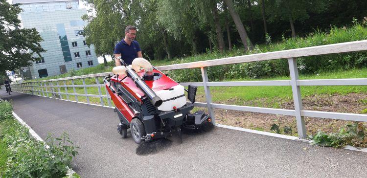 Coen Verhelst demonstreert de CitySweeper op een aantal lastig begaanbare locaties, zoals dit loopbruggetje.