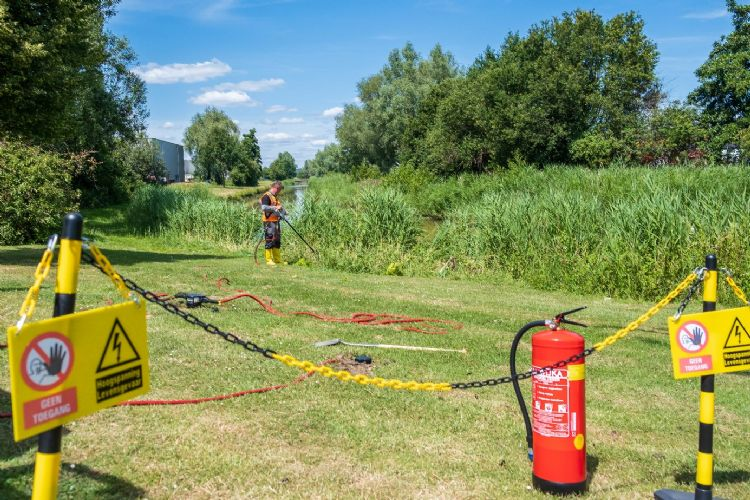 De experts van Dolmans Landscaping Services zijn wendbaar; de Rootwave Pro staat op een elektrische kruiwagen.