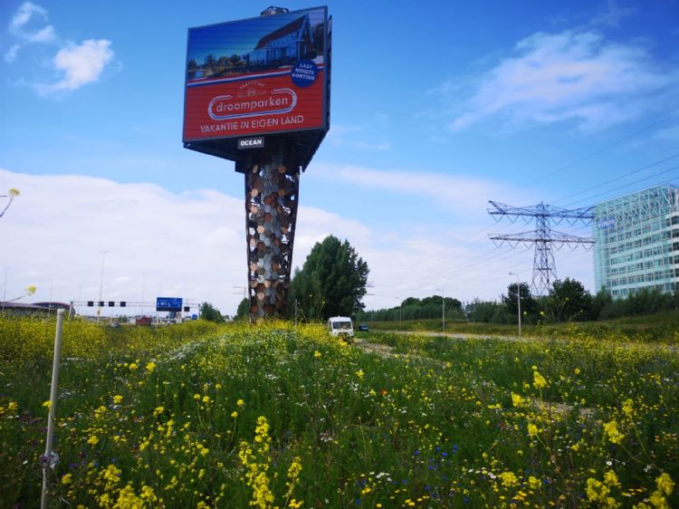 Rondom de 28 meter hoge mast van een reclamezuil langs de A2 zit een stalen honingraatstructuur met ruim 200 nestkasten voor bijen en vogels.