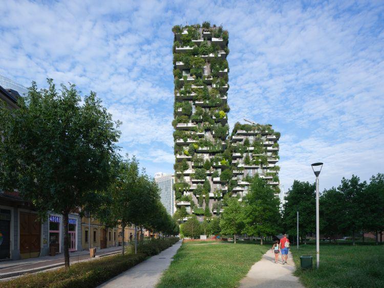 Flatgebouw met geïntegreerd verticaal bos