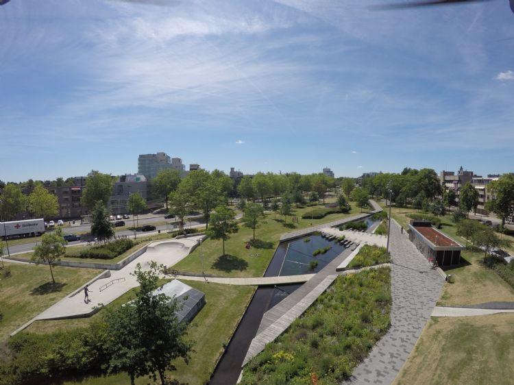 Het Brinkpark in Apeldoorn op het dak van een ondergrondse parkeergarage. Hiervoor werd 2000 ton bomengrond, lava, daktuinsubstraat en molmmest aangevoerd.