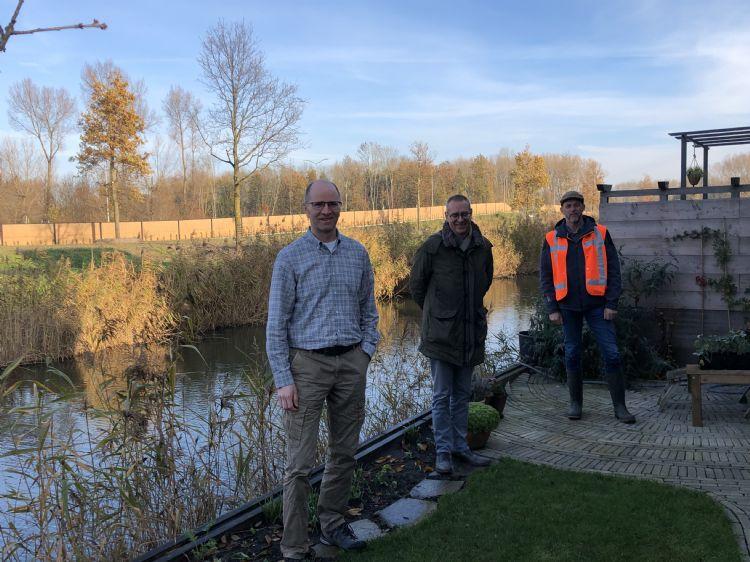 Nico van Oers (links) is blij met zijn nieuwe uitzicht op de eiken.