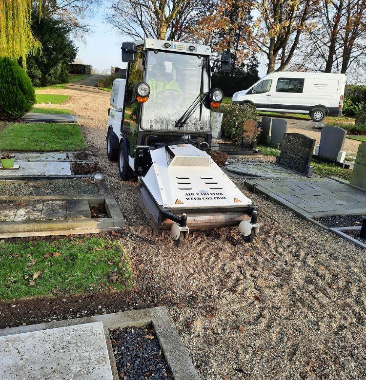 Ook op halfverharding, zoals het grind op deze begraafplaats, kan de machine goed uit de voeten.