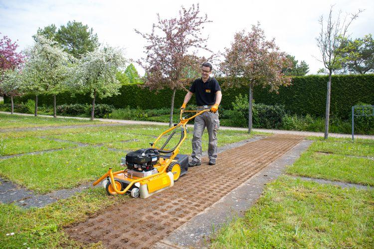 Comfortabel werken met de AS50, die een traploos instelbare werksnelheid heeft van 1,6 tot 2,5 km/u.