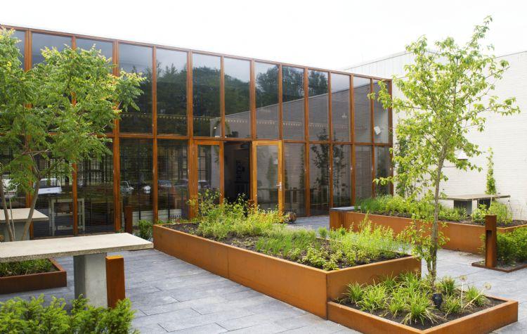Snoek Puur Groen heeft in samenspraak met de koks van de Stenden Hotel Management School in Leeuwarden een eetbare tuin aangelegd.