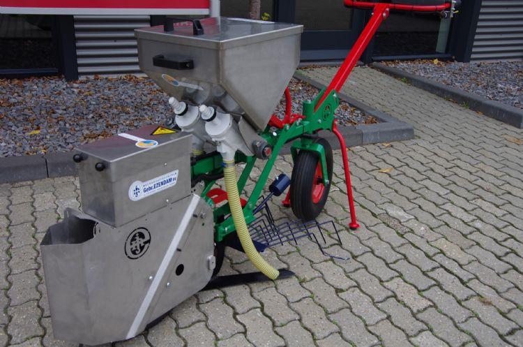 Naast wieden en schoffelen leent de werktuigdrager zich bijvoorbeeld voor rijenbemesting met granulaat.