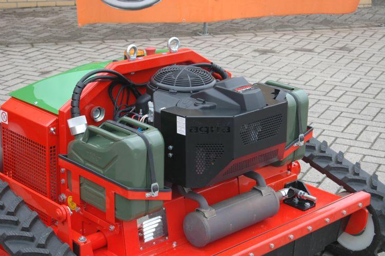 Een Kawasaki 2-cilinder 726 cc 4-taktmotor, de FS730 V EFI, drijft de hybride machine aan. De brandstof in de twee jerrycans wordt gelijkmatig verbruikt.