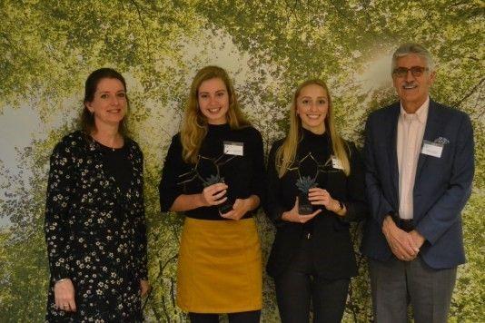 Rachel Heijne (directeur VVM) Loesanne van der Geest, Mieke Westerhaus en Leendert van Bree (juryvoorzitter)