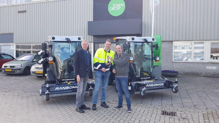 V.l.n.r. Jos de Ruiter projectleider bij Tomingroep, Luc Ferket uitvoerder groen bij Tomingroep en Don van Schijndel dealer Ransomes DBS.