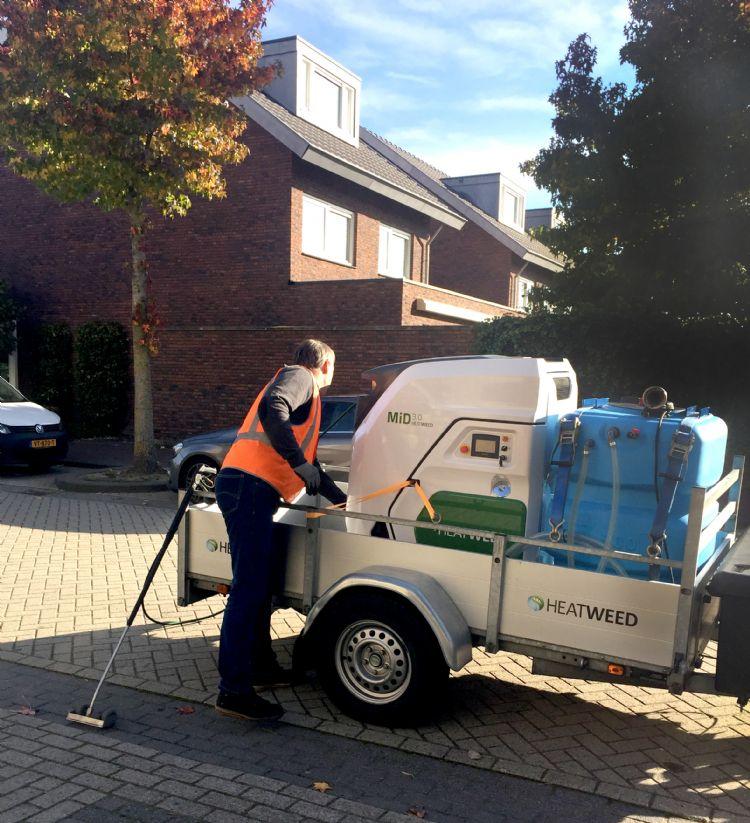 Jan van der Zanden bij de hypermodern vormgegeven Heatweed-onkruidbestrijdingsmachine