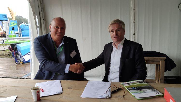 Willem Hellinga van DEM BV en Hans Gilbers van Waterkracht schudden elkaar de hand nadat het contract is getekend.