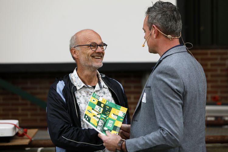Kees van Ham van de gemeente Tilburg nam het eerste exemplaar namens alle Nederlandse gemeentes in ontvangst.
