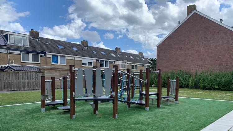 Het evenwichtsparcours dat Hercules Speeltoestellen in de Bachstraat in Numansdorp in de gemeente Hoeksche Waard heeft aangelegd