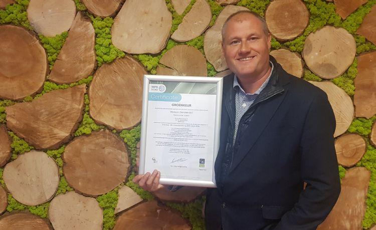 Dennis Verhoeven van Werkom Groen toont trots het Groenkeur-certificaat. Foto: Werkom