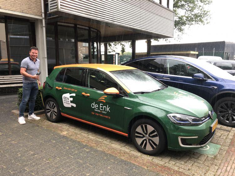 Eric van Velzen bij één van de vijf elektrische personenauto's