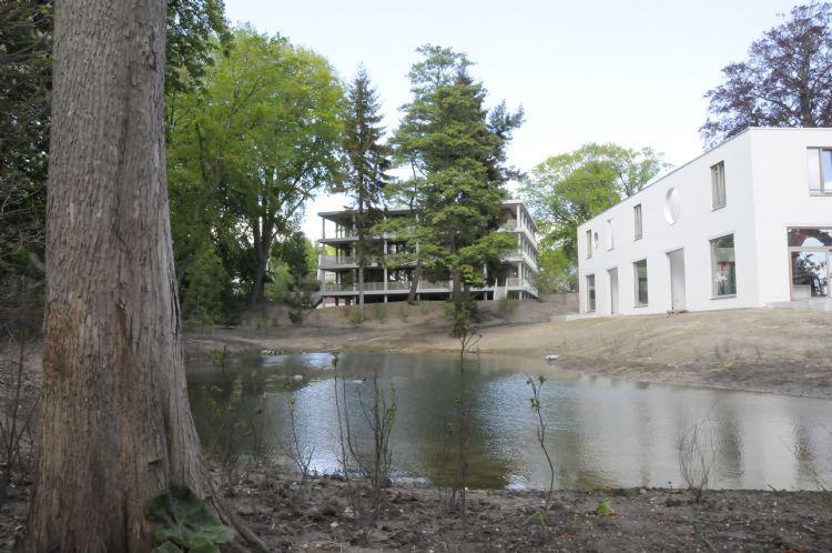 Zicht op twee van de gebouwen en het meertje waar de Klingelbeek uitmondt.