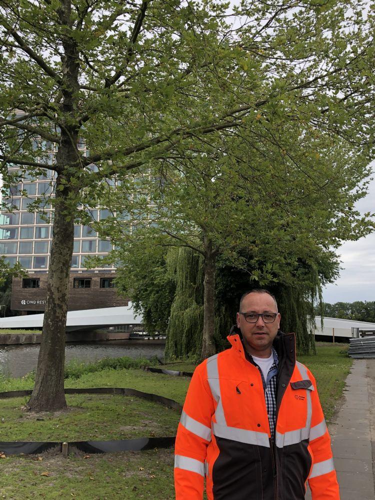 Geert-Jan Sollman voor de verplante bomen