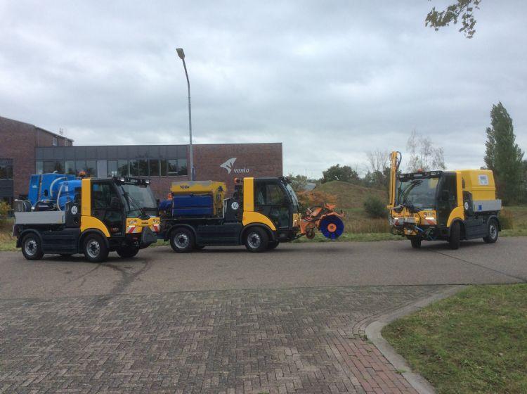 Drie van de vijf nieuwe Multicar-voertuigen. In oktober bouwt de gemeente Venlo de Multicars om; vanaf 1 november moeten ze paraat staan voor de winterdienst.