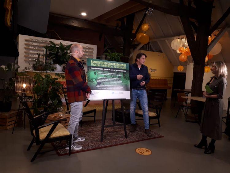 Op 2 november, na afloop van de talkshow over het 'Vergeten Tuinseizoen' tekenden Lodewijk Hoekstra (rechts) en Roel van Dijk van Stichting Steenbreek de overeenkomst.