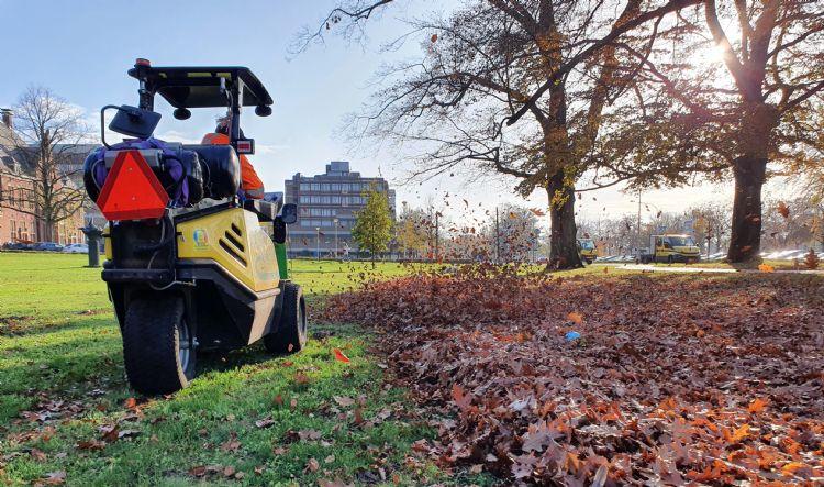 De AllTrec met bladblazer aan het werk op het Radboud-terrein in Nijmegen