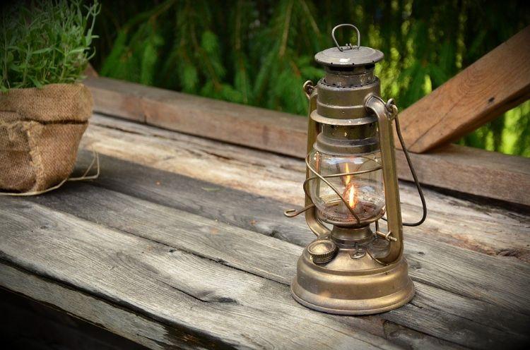 https://pixabay.com/nl/photos/kerosine-lamp-licht-lamp-brander-1453994/