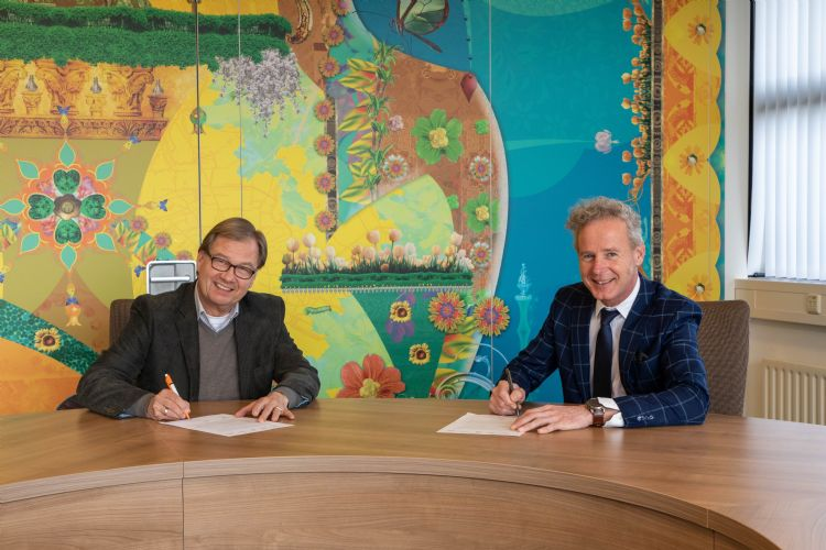VHG-directeur Egbert Roozen (rechts) en projectleider Anne Fokke de Vries ondertekenen de samenwerkingsovereenkomst.