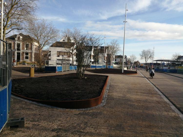 Stationsplein Zwolle. Met het waterabsorptiesysteem wordt water in de openbare ruimte opgeslagen in een krattensysteem van waterretentieboxen uit 100 procent gerecycled polypropyleen. Dit systeem wordt in Zwolle en Apeldoorn gecombineerd met de aanplant van heesters en planten.