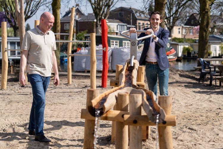 Wethouder Ashley North test de nieuwe waterpomp, voorzitter Peter Berkvens van speeltuinvereniging de Doorbraak kijkt toe. Foto: Monique Shaw