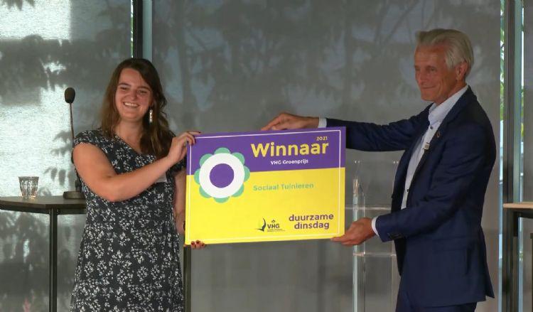 Mireille Voorendt, coördinator bij Sociaal Tuinieren, ontvangt de VHG Groenprijs 2021. IVN Natuureducatie/Youtube
